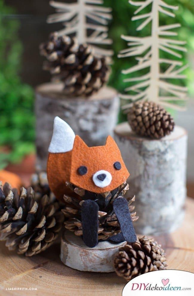 Basteln mit Tannenzapfen – Die 15 schönsten DIY Bastelideen - Tannenzapfen Fuchs
