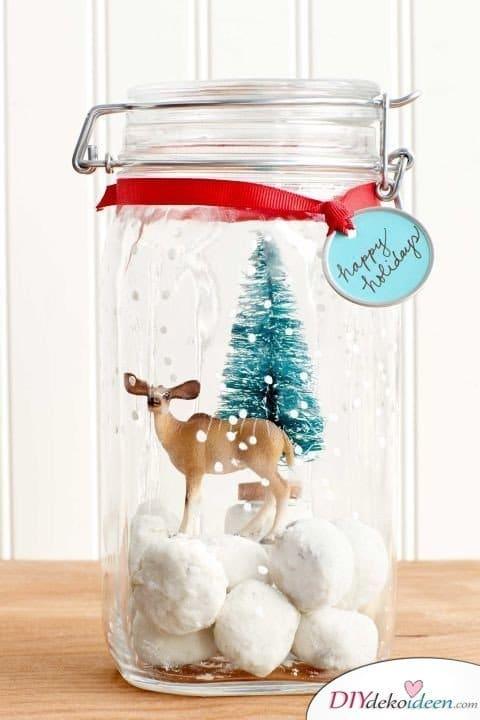 Die schönsten Ideen für günstige DIY Weihnachtsgeschenke -DIY Schneekugel-Keksdose