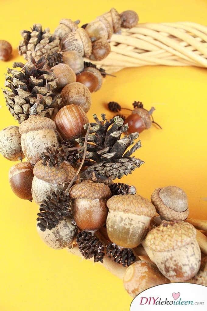 Türdeko Idee - Herbstkranz basteln aus Eicheln