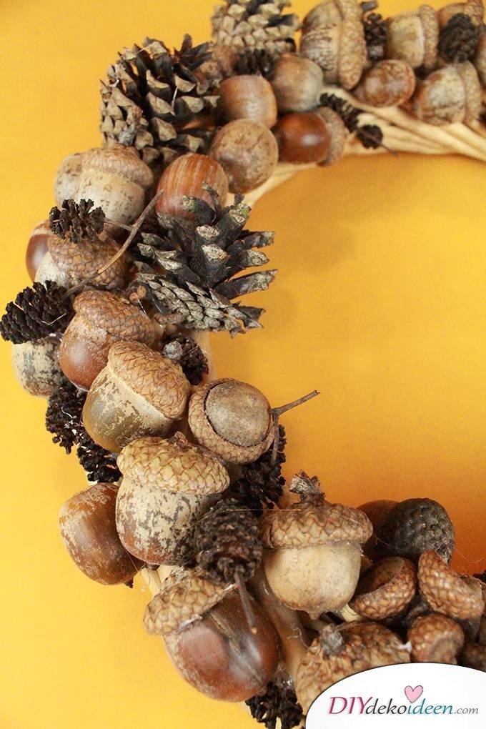 Türdekoideen zum nachbasteln - Herbstkranz basteln aus Eicheln