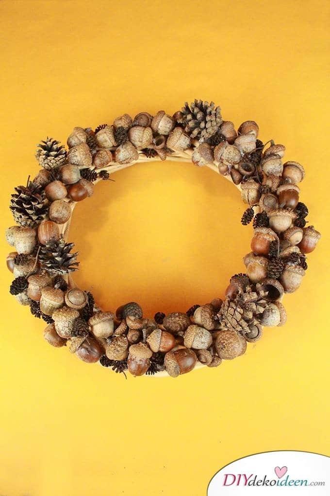 Türdekoideen - Herbstkranz basteln aus Eicheln