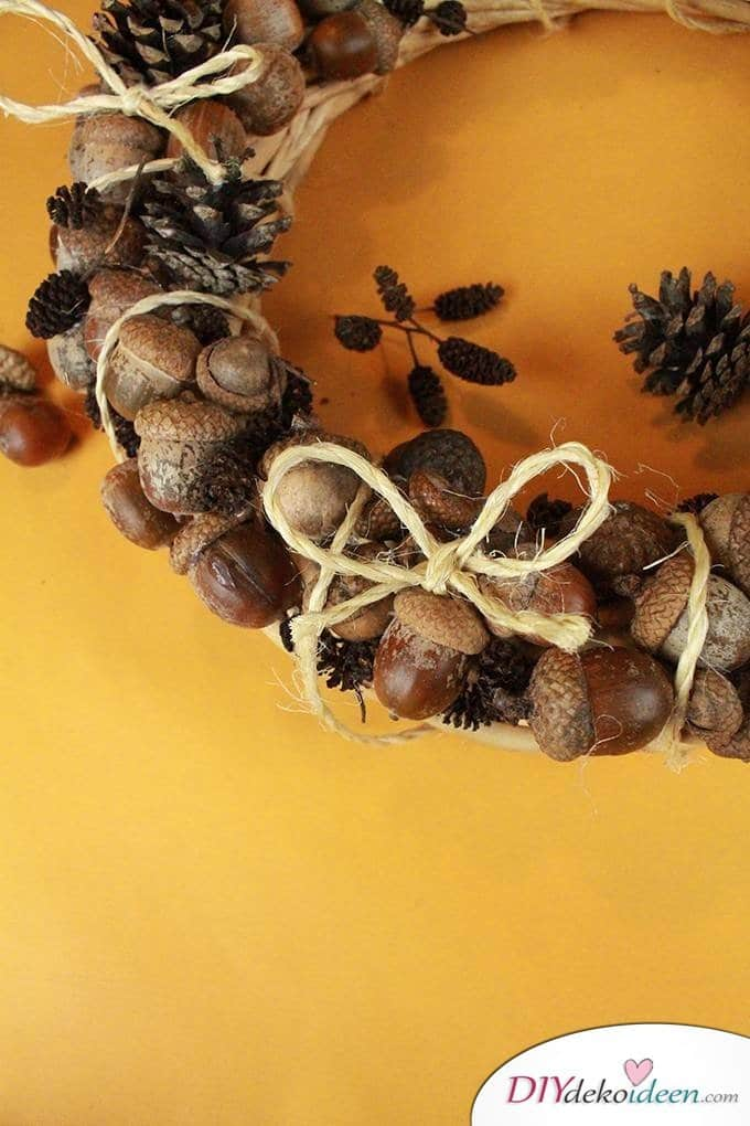 Eicheln Dekoideen - Herbstkranz basteln aus Eicheln