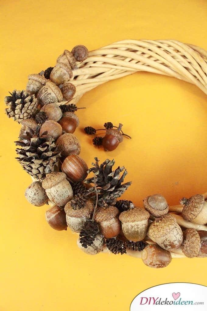 Türschmuck Bastelidee - Herbstkranz basteln aus Eicheln