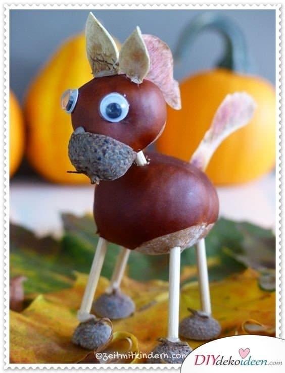 Kastanienmännchen - Herbstdeko basteln mit Kastanien - Pferd