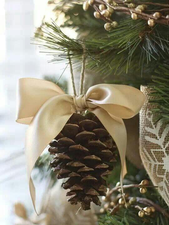 Weihnachtsschmuck basteln - Bastelideen für Weihnachten - Weihnachtsbasteln - Dekoideen Weihnachten - Weihnachtsdeko selber machen - Weihnachts Deko basteln - basteln mit Tannenzapfen