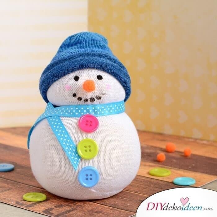 15 einfache Bastelideen für Weihnachten, die Freude bringen - Weihnachten 2017 -Weihnachtsdeko basteln - Sockenschneemann basteln