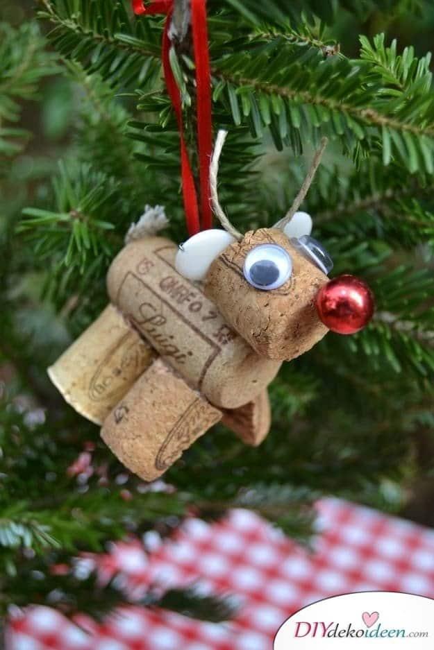 Weihnachtsbasteln mit Kindern - 15 DIY Bastelideen - Weihnachten basteln - Korkrentier basteln