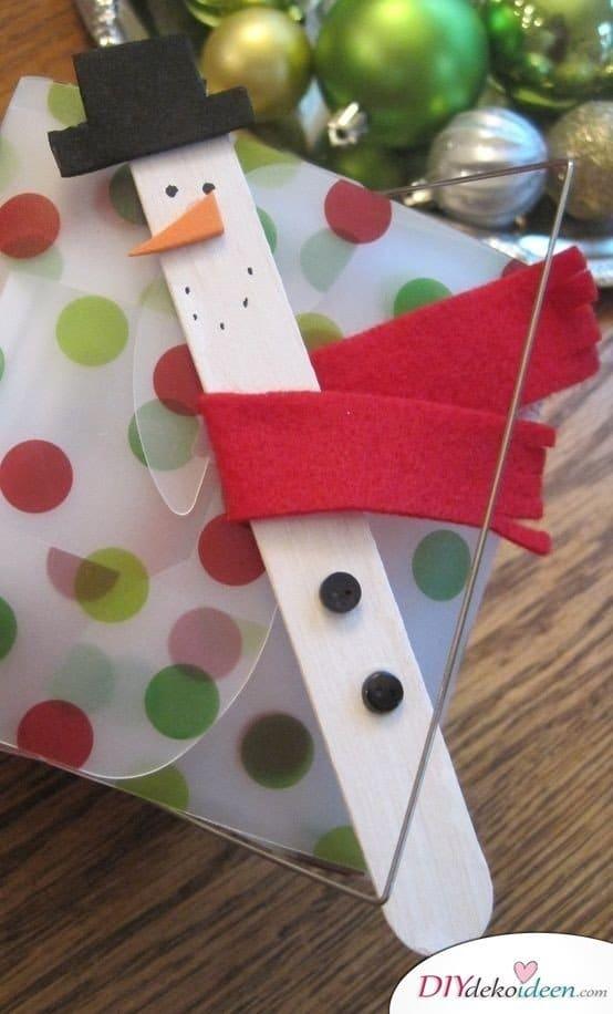 Weihnachtsbasteln mit Kindern - 15 DIY Bastelideen - Weihnachten Bastelideen - Schneemann aus Eisstielen