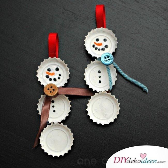 Weihnachtsbasteln mit Kindern - 15+ DIY Bastelideen - Kronkorkenschneemänner - basteln mit Kronkorken