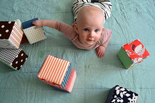Babyspielzeug basteln -10+ süße DIY Bastelideen zum Selbermachen - Baby Spielzeug basteln - Babys - Kleinkinder - Stoffwürfel nähen für Babies leichte Anleitung