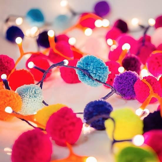 Deko für Karneval basteln, DIY Bastelideen, Karneval Partydeko, Karneval dekorieren, Fasching, Faschingsparty, DIY Dekoideen, Pompom Girlande basteln, Kinderparty, Lichterkette basteln