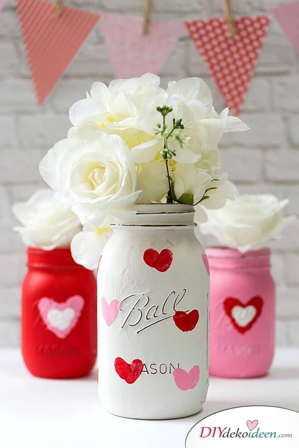 Vasen mit Herzmotiv, DIY Bastelideen zum Valentinstag, Valentinstag Deko Ideen, Deko Valentinstag, dekorieren, DIY Dekoideen, Deko basteln, romantische Deko, Geschenkidee Valentinstag