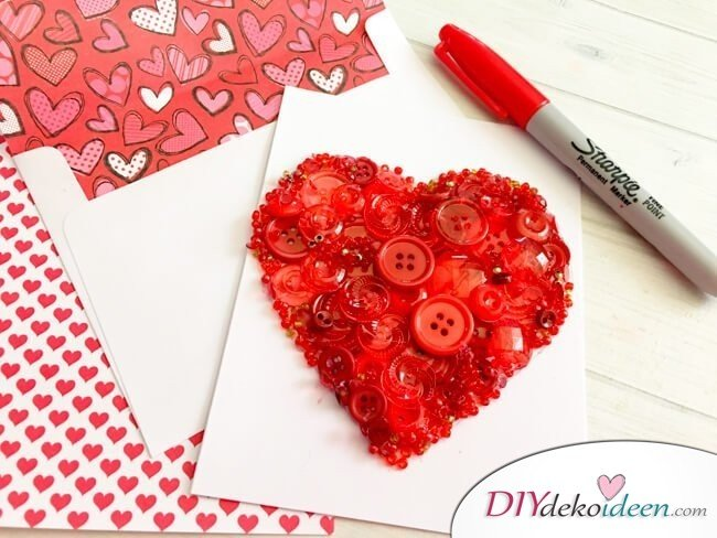 Herzkarte aus Knöpfen, DIY Bastelideen zum Valentinstag, Valentinstag Deko Ideen, Deko Valentinstag, dekorieren, DIY Dekoideen, Deko basteln, romantische Deko, Geschenkidee Valentinstag