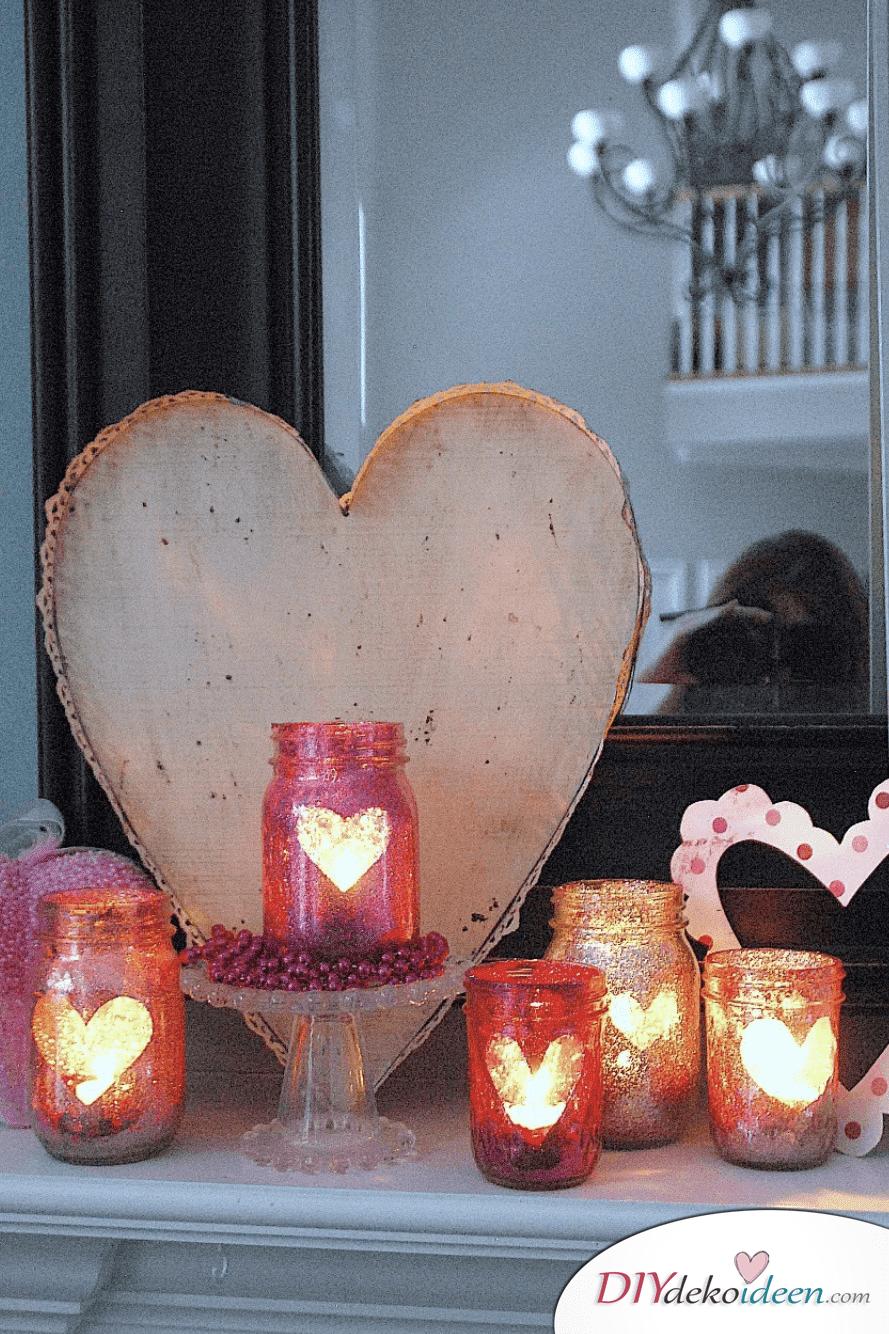 Glitzernde Kerzengläser, DIY Bastelideen zum Valentinstag, Valentinstag Deko Ideen, Deko Valentinstag, dekorieren, DIY Dekoideen, Deko basteln, romantische Deko, Geschenkidee Valentinstag