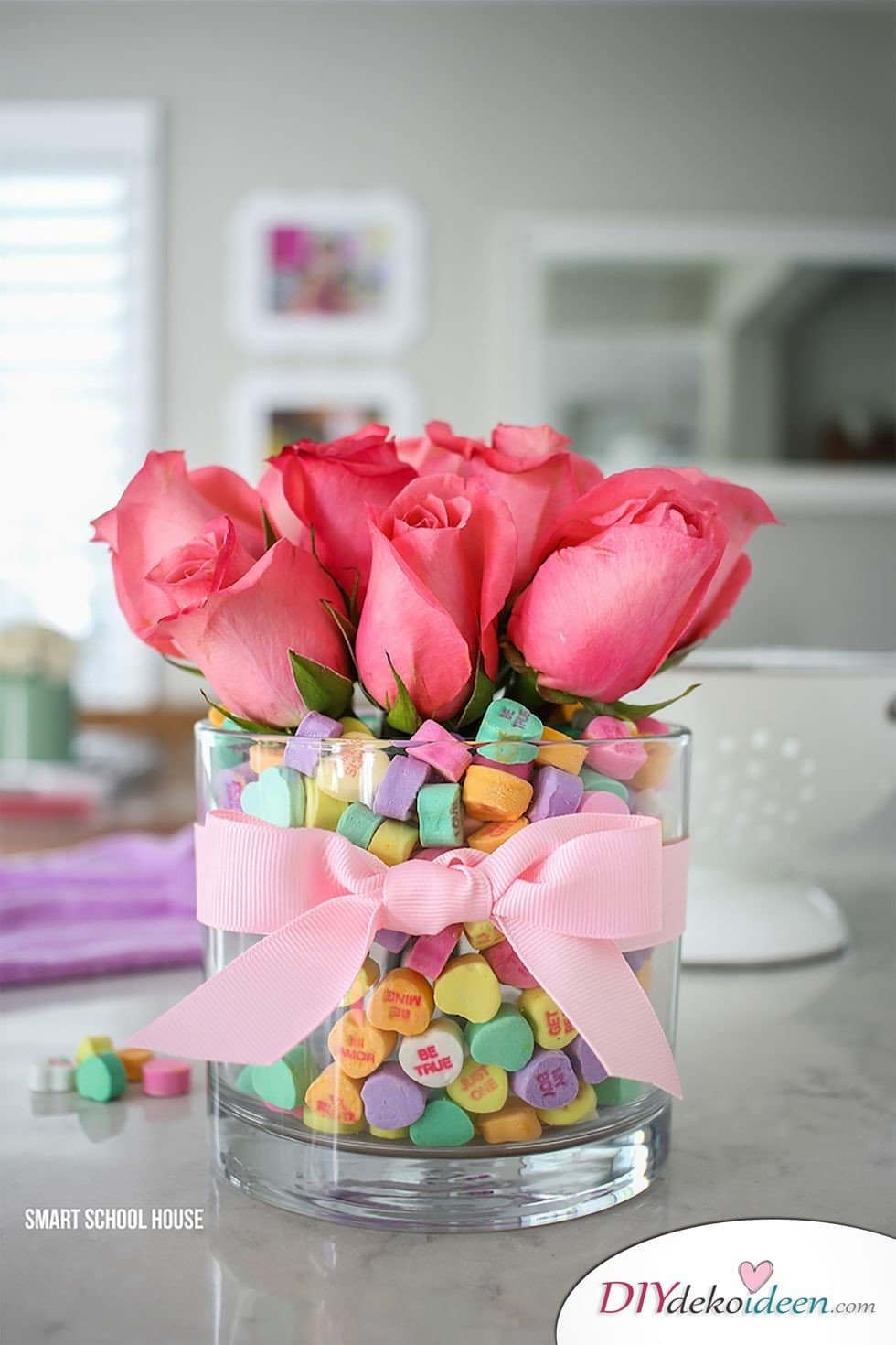 Blumenschmuck Valentinstag, Tischdeko, , Valentinstag Deko Ideen, Deko Valentinstag, dekorieren, DIY Dekoideen, Deko basteln, romantische Deko, Tischdeko Valentinstag