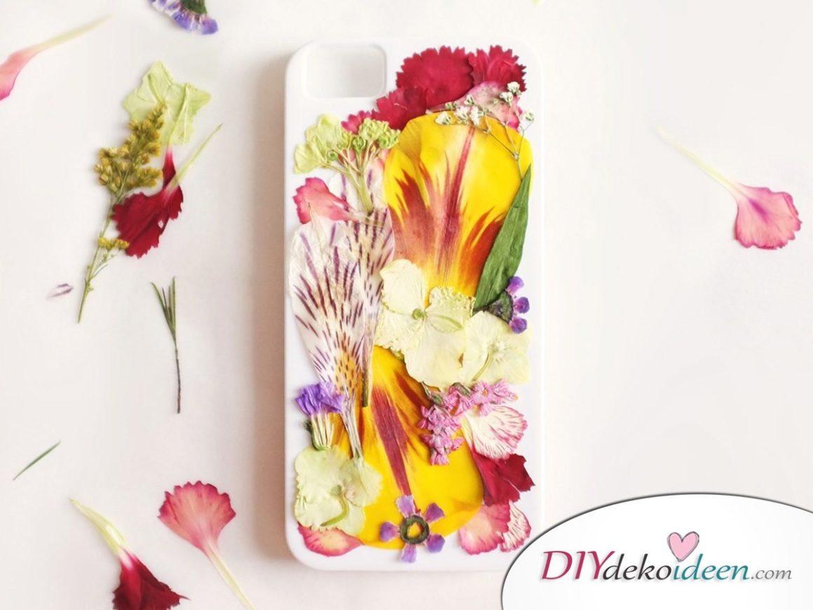 Handyhülle basteln, Bastelideen mit gepressten Blumen, DIY Bastelideen, DIY Dekoideen, Blumen pressen, Dekoidee, Blumendeko, Wanddeko basteln,