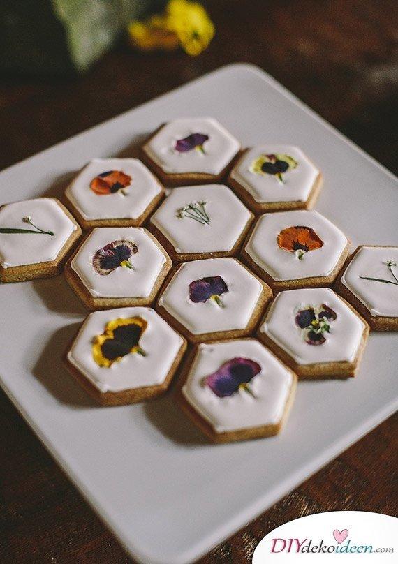 Kekse mit gepressten Blumen, Bastelideen mit gepressten Blumen, DIY Bastelideen, DIY Dekoideen, Blumen pressen, Dekoidee, Blumendeko, Wanddeko basteln,