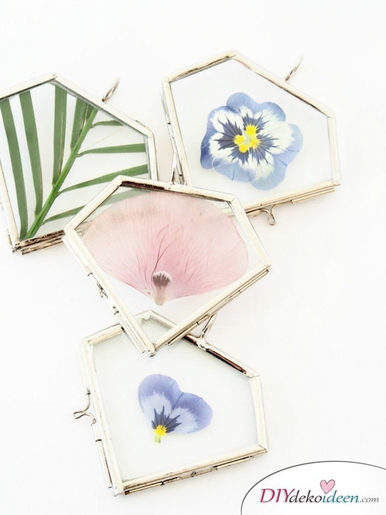 Schmuck basteln , Bastelideen mit gepressten Blumen, DIY Bastelideen, DIY Dekoideen, Blumen pressen, Dekoidee, Blumendeko, Wanddeko basteln,