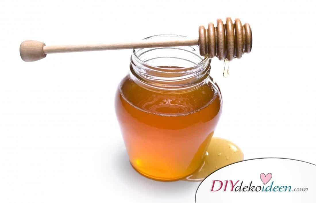 Honig tötet Keime ab und bindet Feuchtigkeit. Er reinigt die Haut und macht die Haut angenehm zart. Honig ist reich an Antioxidantien, die die Haut weich und gesund machen und heilt Wunden.
