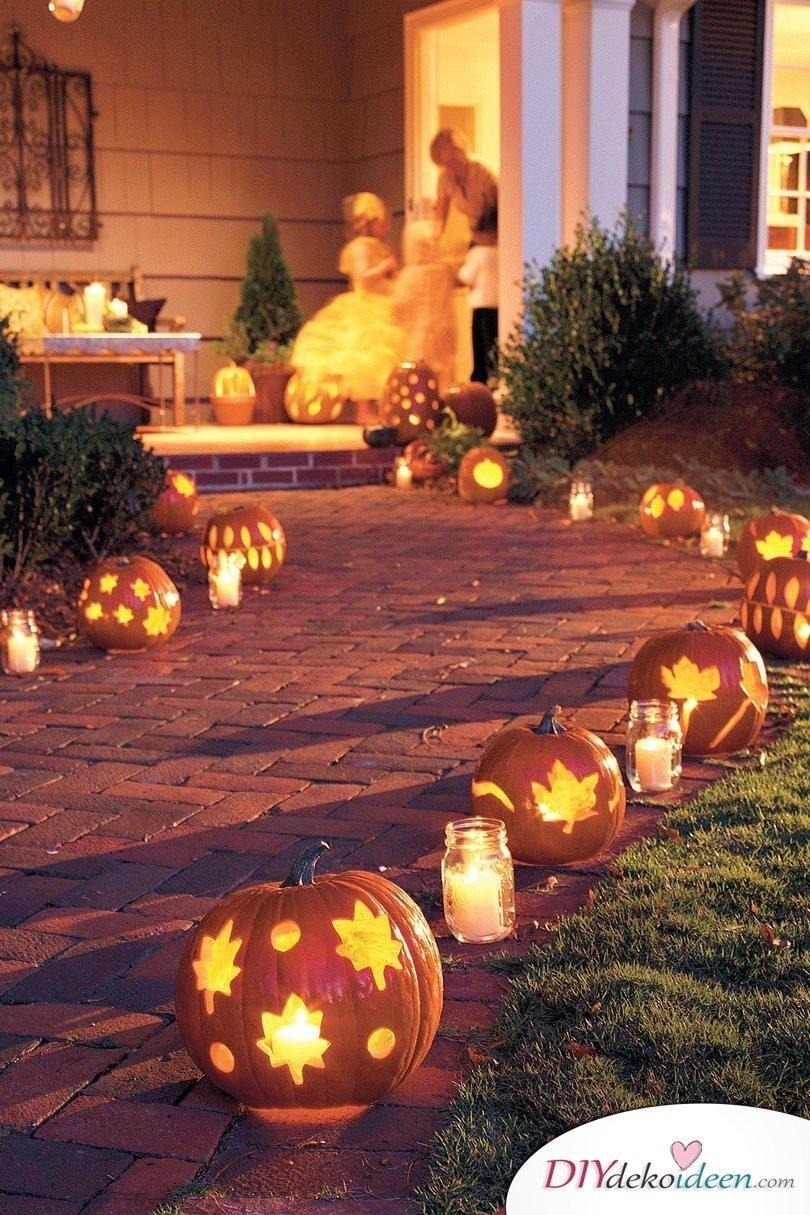Deko mit Kürbissen - 15 Dekoideen für Haus und Garten - Kürbis schnitzen Ideen für Halloween
