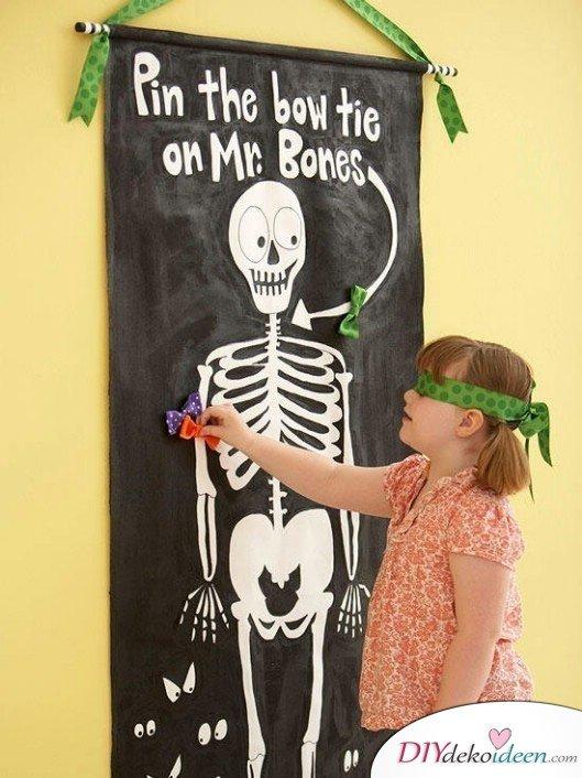 15 Halloween Party Spiele - Steck dem Skelett eine Fliege an