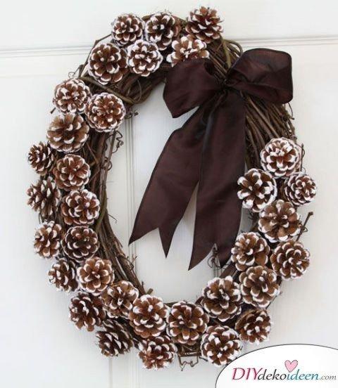Basteln mit Tannenzapfen Weihnachten - 11 zauberhafte Bastelideen - Winterlicher Türkranz