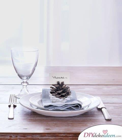 Basteln mit Tannenzapfen Weihnachten - Platzkärtchen