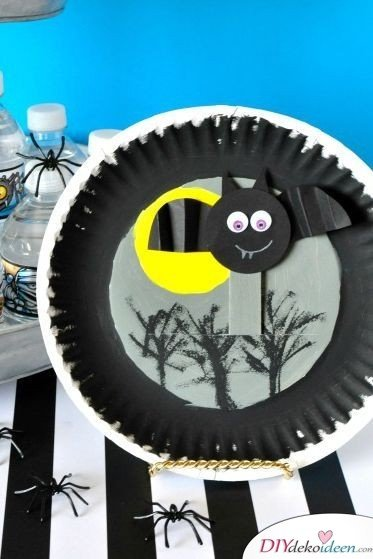 Halloween Deko basteln mit Kindern - 10 Bastelideen - Fliegende Fledermäuse