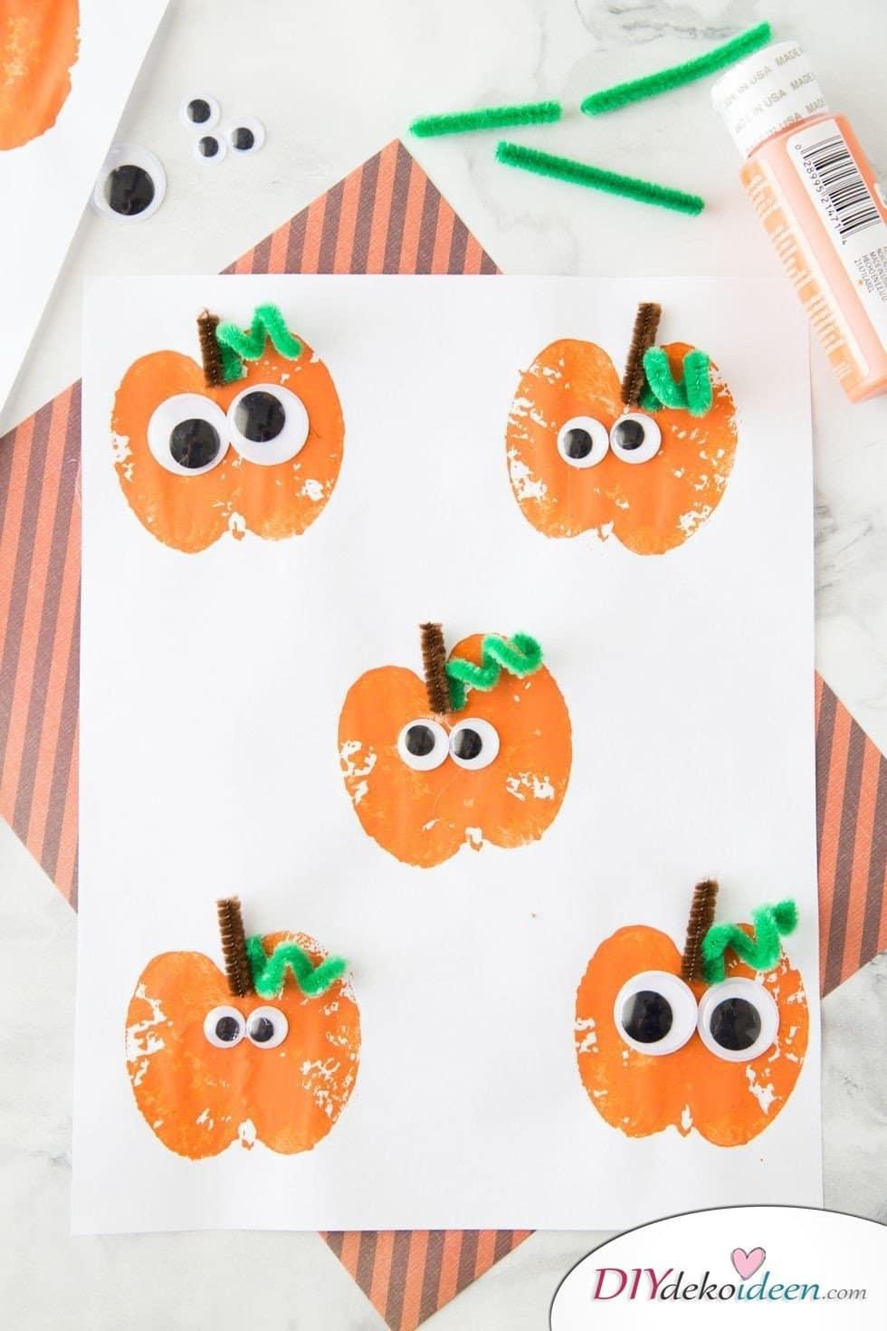 Halloween Deko basteln mit Kindern - 10 Bastelideen - Kürbisse stempeln mit Äpfeln