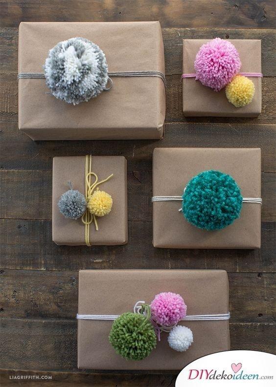 Geschenke weihnachtlich verpacken mit Pompoms