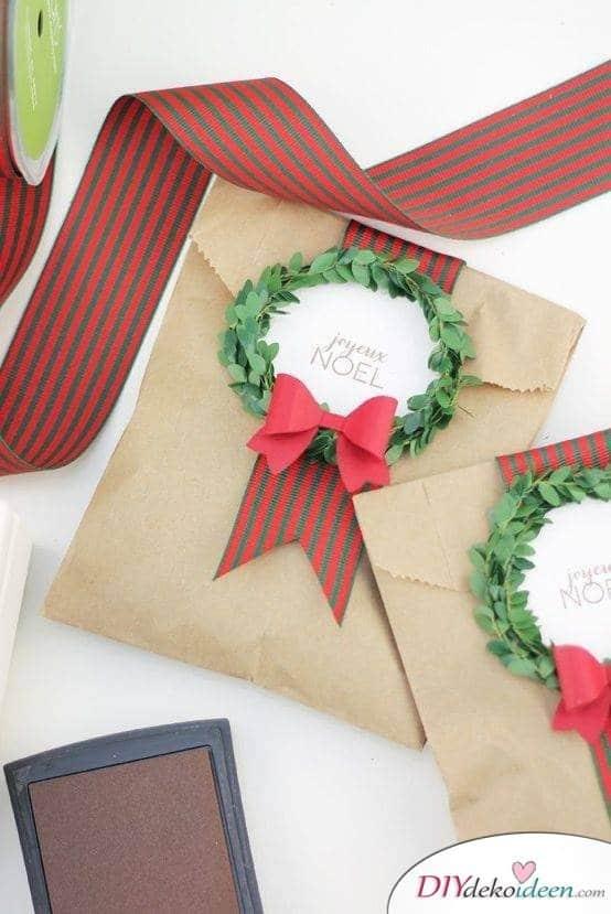 Mit Papiertüten Geschenke weihnachtlich einpacken