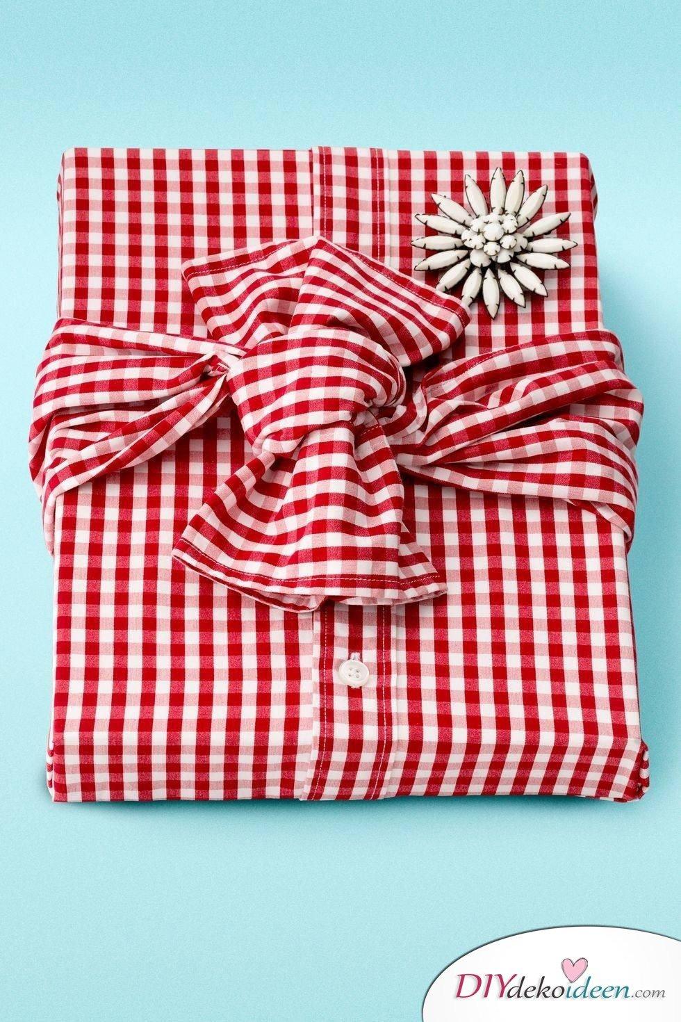 Weihnachtsgeschenke einpacken mit einem Hemd