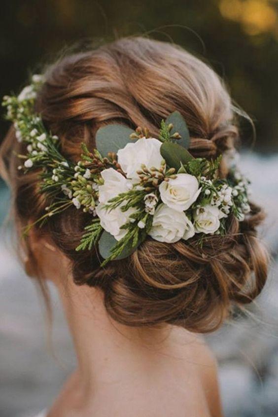 Brautfrisur mit Blumengesteck