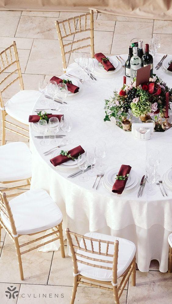Hochzeit Tischdekoration in Bordeaux und Weiß