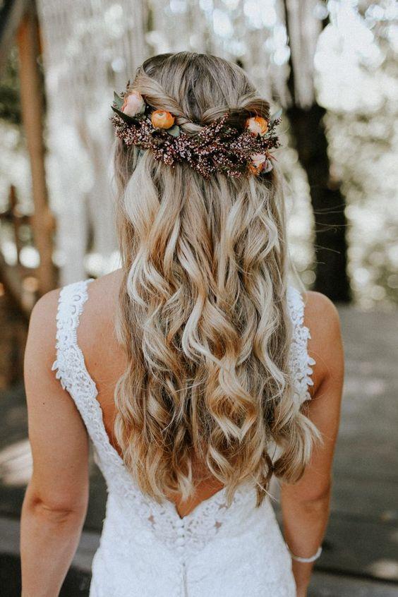 Hochzeitsfrisuren lange Haare – sanfte Locken mit Blumengesteck