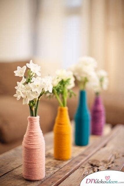 Tischdeko Frühling – mit Garn umwickelte Vasen