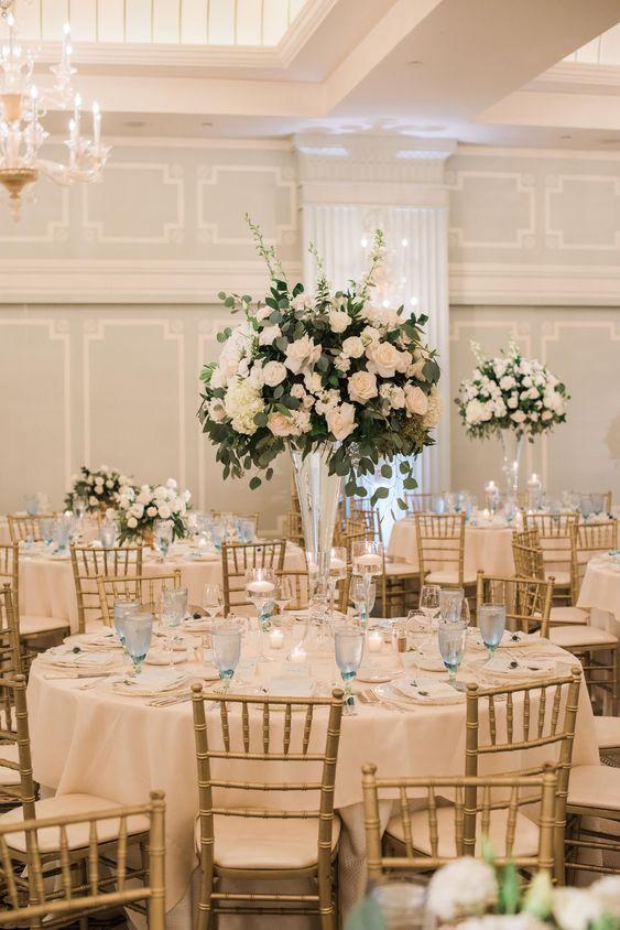 Hochzeitstisch dekorieren mit üppigen Blumensträußen