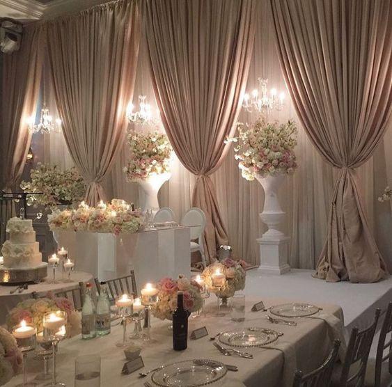 Deko für Hochzeit mit Kerzen und Rosenbouquets