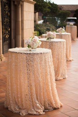 Hochzeitsdeko Ideen – Tischüberwürfe und Blumen