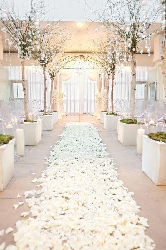 Blütenmeer zum Altar - Hochzeitsdekoration