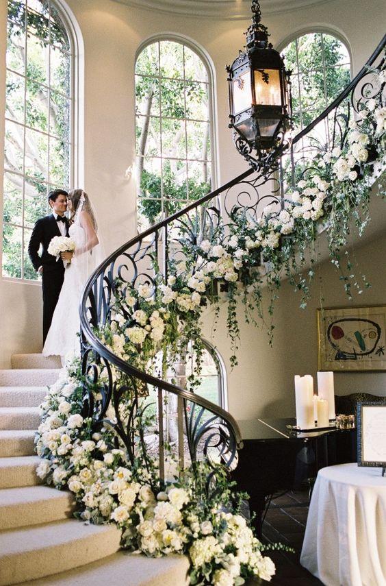 Hochzeitsdeko Ideen – Geländer mit Blumenschmuck