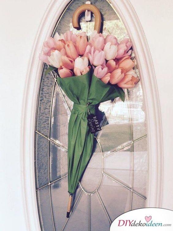 Regenschirm mit Blumenstrauß - Frühlingsdekoration basteln