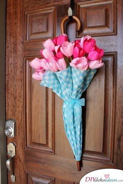Regenschirm mit Blumenstrauß - Türkranz Frühling selber machen