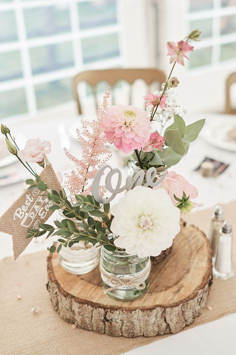 Kleine Vasen mit Gartenblümchen - Hochzeit Tischdeko selber machen