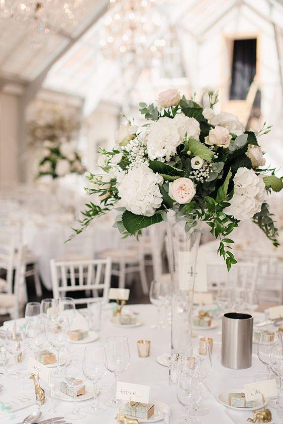 Weiße Hortensien, Rosen und Grün - Hochzeit Tischdeko selber machen