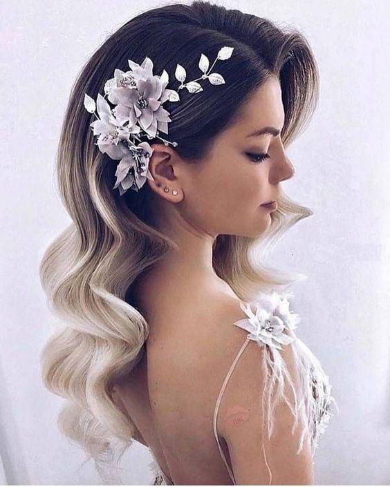 Offene Locken mit Blumen - Frisuren für Hochzeit