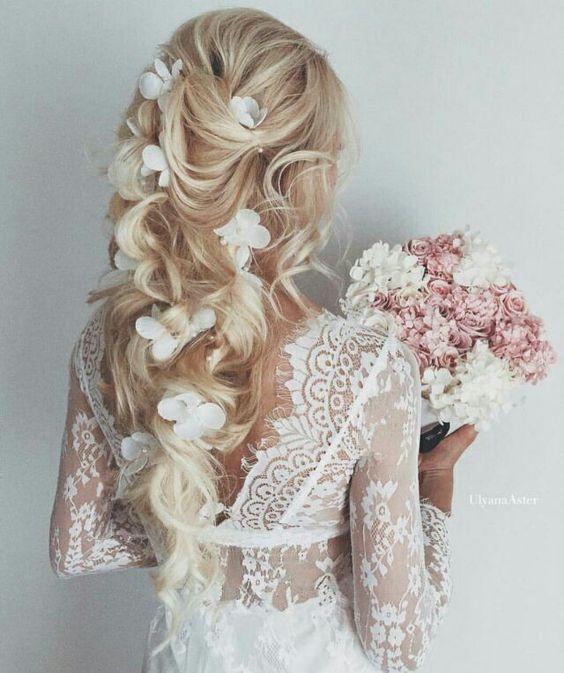 Verspielte Locken mit Blümchen - Frisuren für Hochzeit