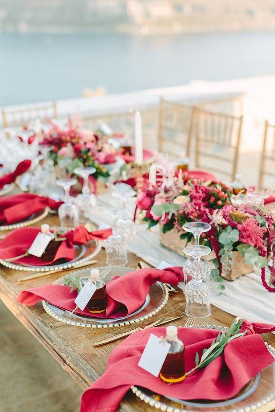 Hochzeitstisch dekorieren ganz in Rot und Grün