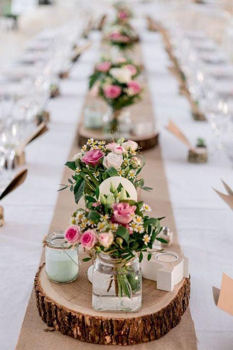 Blumen in kleinen Vasen auf Holzscheiben - Hochzeit Tischdeko Ideen
