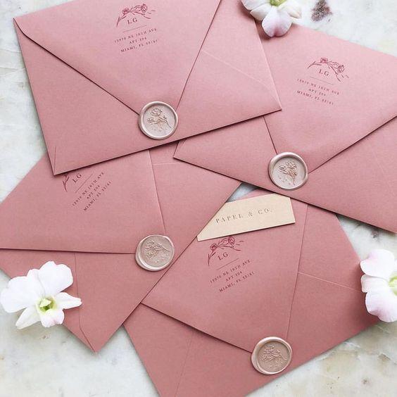 Einladungskarten zur Hochzeit selbst gestalten – Briefumschläge mit Stempel und Blumensiegel
